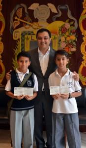Gersom y Rafael recibiendo apoyo del Alcalde de Xalapa